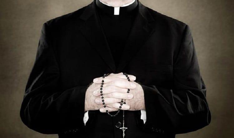 Finto prete arrestato a Fiumicino: aveva 3 kg di eroina nella borsa