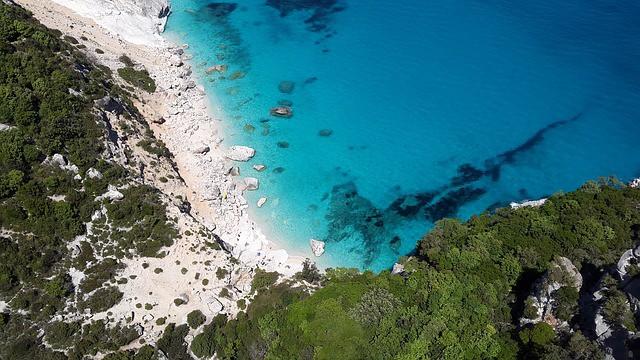 Non si può non parlare della Sardegna senza pensare alla sua natura così selvaggia e alle sue calette incontaminate. Ecco alcune cale da non perdere!
