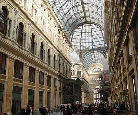 Accoglierà i messaggi di grandi e piccini: E' ilgrandeAlbero di Natale che troneggia nellaGalleria Umberto Idi Napoli.