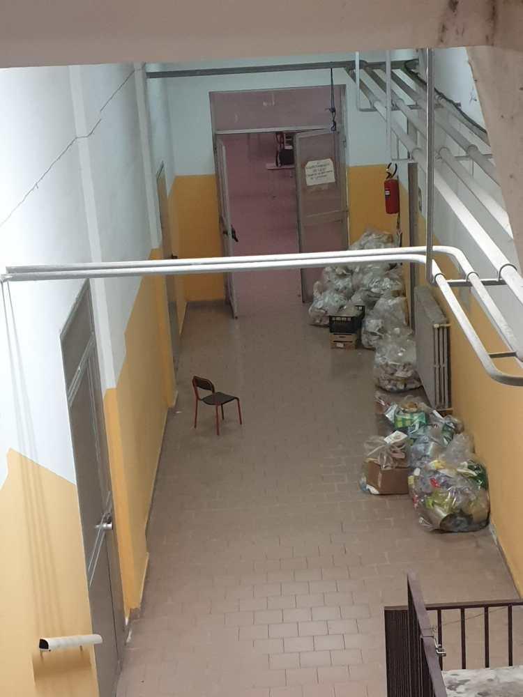 Rifiuti vicino all amensa. A Castellammare di Stabia, brutta sorpresa per i genitori di un asilo e scuola elementare che sono preoccupati per la salute dei propri figli.