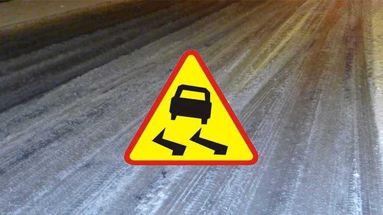 Ślisko i niebezpiecznie- lubińscy policjanci apelują o ostrożność i rozwagę na drogach