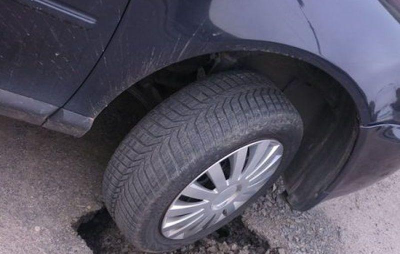 Dziura w drodze? Uszkodziłeś auto? Dowiedz się kto zapłaci za szkody