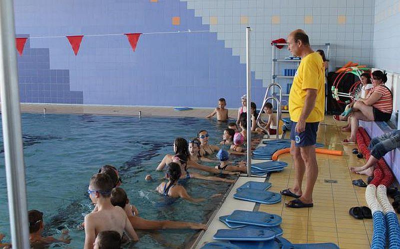 Gwiazdkowe charytatywne zawody pływackie