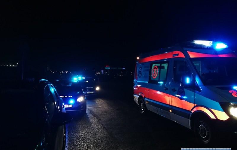 Tragedia w Lubinie. Młody człowiek umiera na drodze. Świadkowie stoją przy nim i nie pomagają.