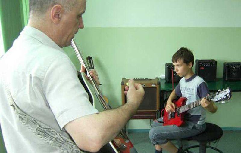 Zapisy na ferie z gitarą i ukulele w MDK Lubin