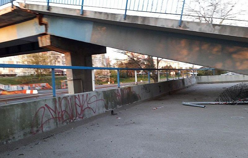 Uszkodzona część kładki na ulicy KEN zostanie rozebrana