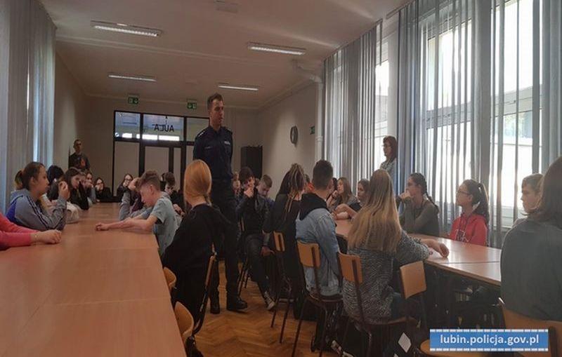 """Policjanci w ramach programu """"Świadomy Junior"""" rozmawiali z młodzieżą o cyberprzemocy i odpowiedzialności prawnej osób nieletnich."""