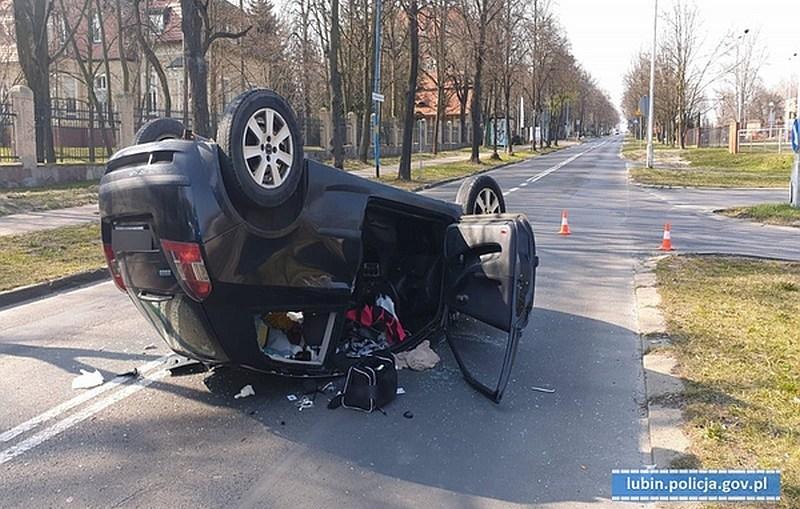 Brawurowa przejażdżka pijanego kierowcy zakończyła się do góry kołami