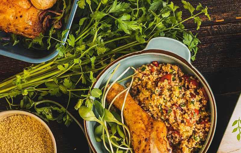 Orientalny kuskus z pieczonym kurczakiem