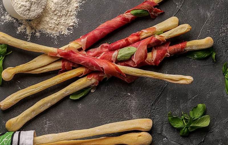 Przepis kulinarny: Grissini z szynką dojrzewającą i bazylią