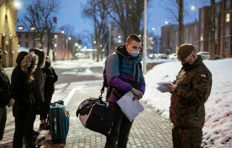 Są zdecydowani - nie boją się trudnych warunków, kolejna grupa ochotników wyjechała na poligon w Żaganiu