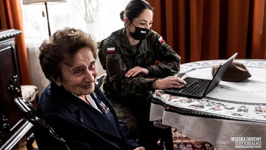 Dolnośląscy Terytorialsi wspierają seniorów w szczepieniach