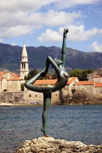 Statua Baleriny w Budvie