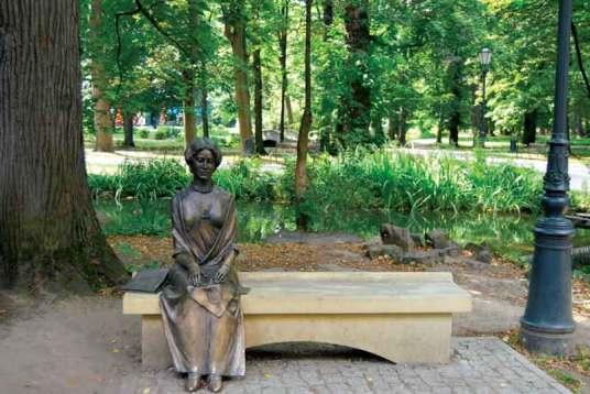 Turyści mogą przysiąść w żywieckim parku na ławeczce obok księżnej Alicji Habsburg, małżonki ostatniego właściciela dóbr żywieckich – arcyksięcia Karola Olbrachta Habsburga.
