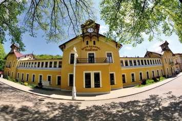 Krynica to uzdrowisko, którego status międzynarodowego kurortu podkreśla także architektura. XIX-wieczne Stare Łazienki Zdrojowe wpisują się wówczesne światowe trendy budownictwa zdrojowego.