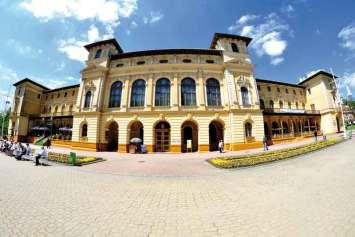 Stary Dom Zdrojowy, budowla w stylu neorenesanowym, zlokalizowana przy alei Leona Nowotarskiego 2 w Krynicy-Zdroju. Obiekt posiada najpiękniejszą w południowej Polsce salę balową, w której odbywały się wspaniałe bale i rauty.