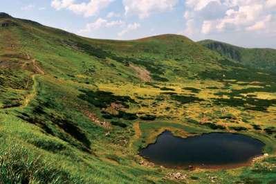 Jezioro Brebenieskuł na tle Czarnohory