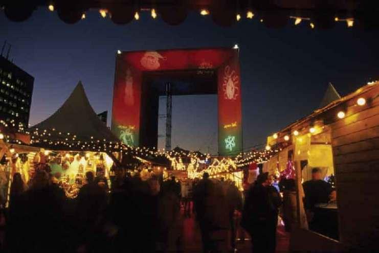 Świąteczny jarmark przy La Defence