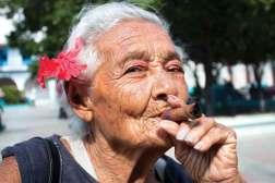 Na Plaza de la Catedral w Hawanie Kubańczycy pozują do zdjęć – obowiązkowo z cygarem