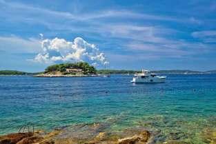 Na Diabelskie Wyspy można dopłynąć kursującą z portu łodzią-taksówką. Są tu szerokie plaże, których część opanowali naturyści.