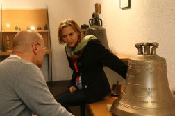 Monika, siostra Johannesa prezentuje drzewo genealogiczne rodziny na dzwonie, fot. Paweł Wroński