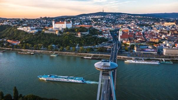 Bratysława, restauracja UFO na pylonie mostu nad Dunajem