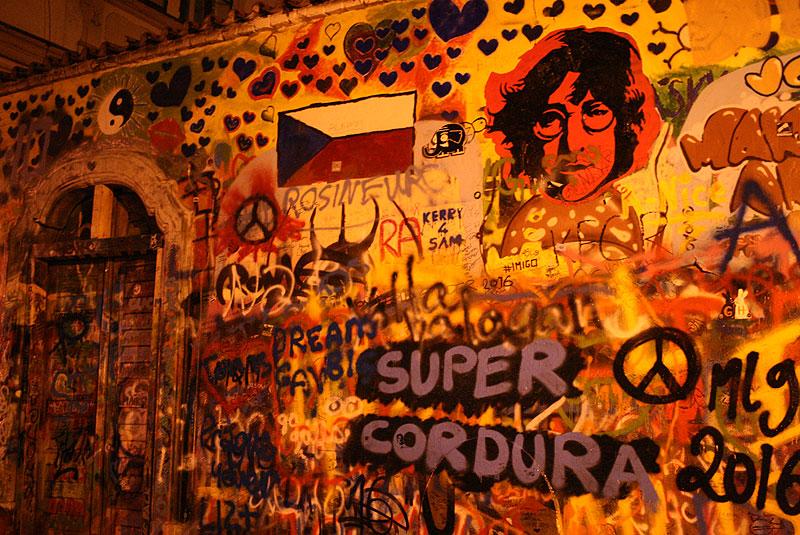 Ściana Johna Lennona w zaułku na Malej Stranie. Już w latach 80. zapełniła się grafitti inspoirowanymi tekstami piosenek Beatlesów, doprowadzając do szału ówczesne władze Czechosłowacji. Ba, studenckie ruchy kontestacyjne skierowane przeciwko komunistycznemu reżimowi, przyjęło się nazywać w związku z tym Lennonizmem, fot. Paweł Wroński