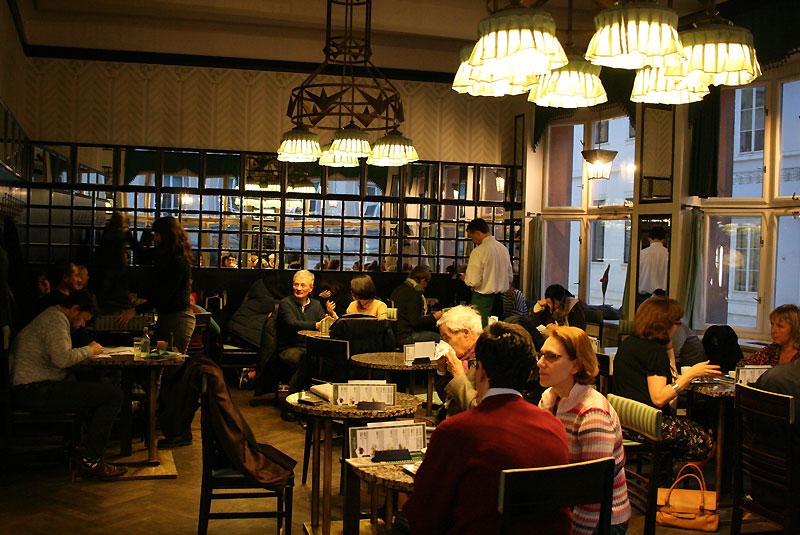We wnętrzu Grand Café Orient wciąż świecą się lampy zaprojektowane na początku minionego stulecia zgodnie z zasadami kubizmu, fot. Paweł Wroński