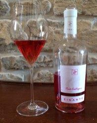 Różowe Zigante, winiarnia dba o swój styl, stąd oryginalne w kształcie butelki, fot. Paweł Wroński