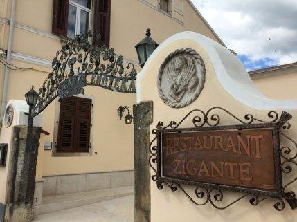 Ozdobna brama do restauracji-enoteki Zigante w Livade na Istrii, fot. Paweł Wroński