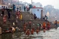 Pielgrzymi dokonują ablucji w nurcie świętej rzeki Ganga w Benares, fot. Paweł Wroński
