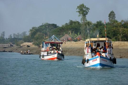 Statki turystyczne w Parku Narodowym Sunderbans, czyli w delcie Gangesu na granicy Indii z Bangladeszem, fot. Paweł Wroński