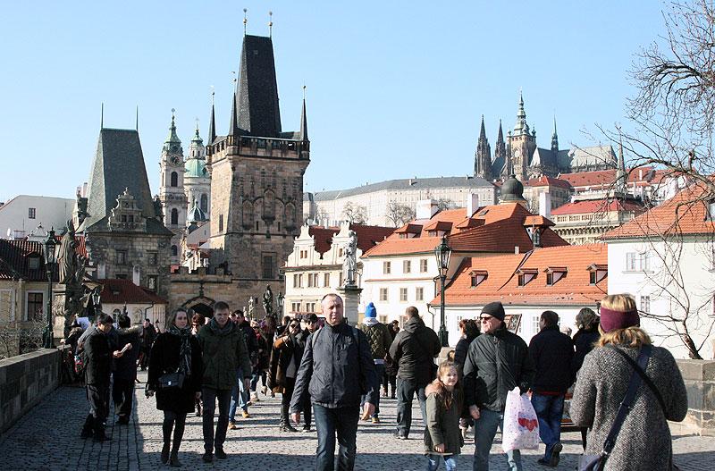 Mostowe wieże bramne od strony zachodniej (Mala Strana). W tle archikatedra św. Wita na Hradczanach. Fot. Paweł Wroński