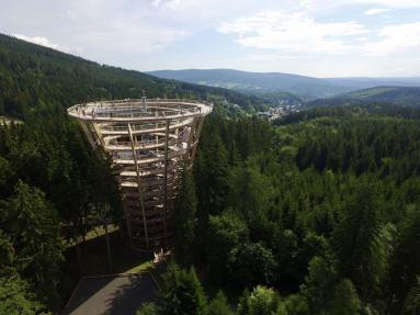 Trasa w koronach drzew w Jańskich Łaźniach w Karkonoszach. fot. Petr Mareš