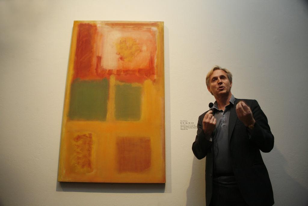 Marek Bartelik obok obrazu Marka Rothko, Muzeum Narodowe Warszawa