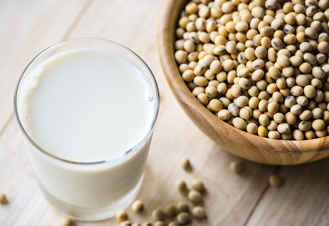 Sojamilch ist weit verbreitet als Milchersatz und kann sogar aufgeschäumt werden.