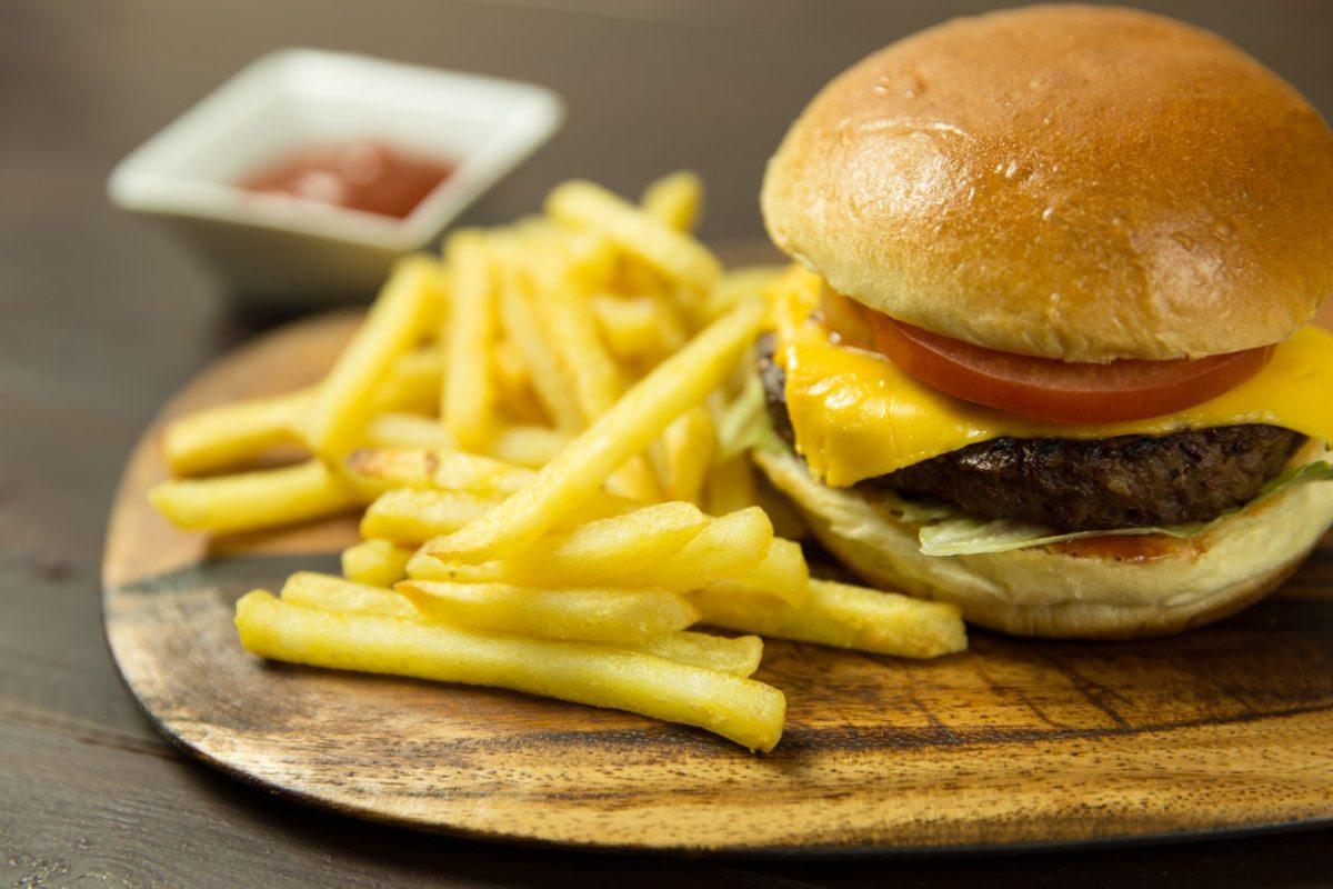 8 Strategien, die uns zu willenlosen Fast-Food-Konsumenten machen.