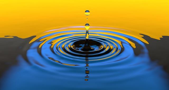 Kleine Wellen die sich auf dem Wasser bilden und sich immer weiter ausbreiten.