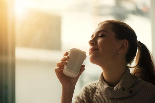 Kaffeeliebhaber trinken ihn oft zu jeder Tageszeit.