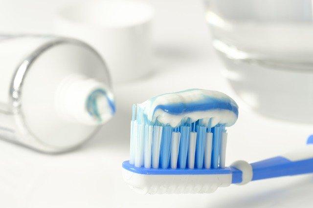 Fluorid ist Bestandteil der meisten Zahncremes.