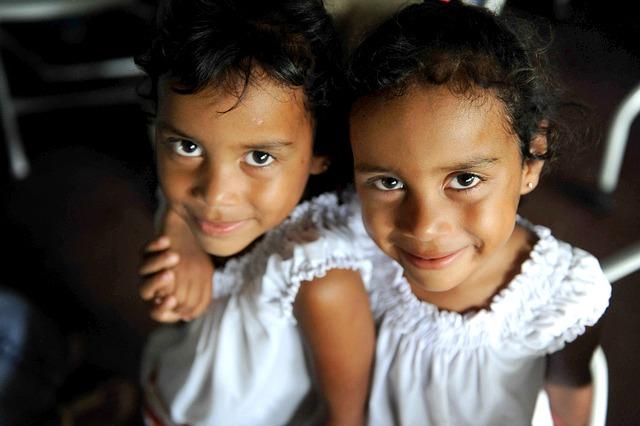 Zwillinge teilen sich die Erbanlagen zum Glücklichsein