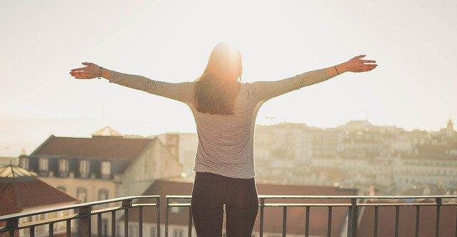 Das beste Mittel dafür ist es, die Morgensonne zu nutzen und direkt in die Sonne zu schauen, für ein paar Minuten.