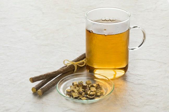 Diese zu den Kräutern gehörende Wurzel gibt vor allem Kräutertees eine leckere Süßholznote, eine der leckeren Zuckeralternativen.