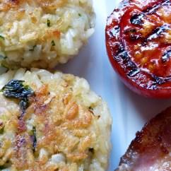 Risottoküchlein mit Speck und gegrillter Tomate