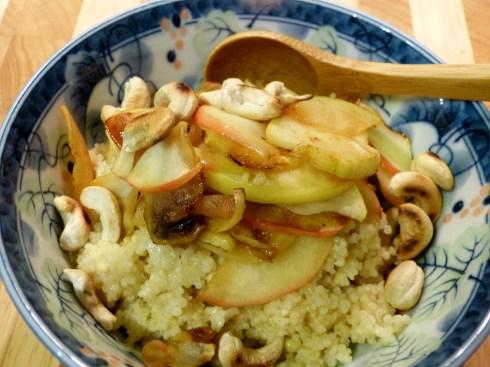 hirsebrei, gedünsteter apfel, cashew