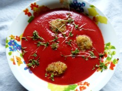 rote-bete-suppe mit grießklöschen