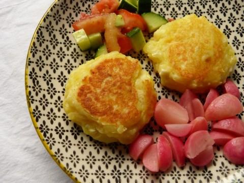 kartoffel-feta laibchen mit süßsaueren radieschen