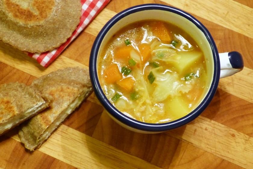 gemüse-gerstensuppe mit topfen-tirtlan
