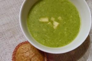 brokkoli-cheddar-suppe und dinkel-schichtbrötchen