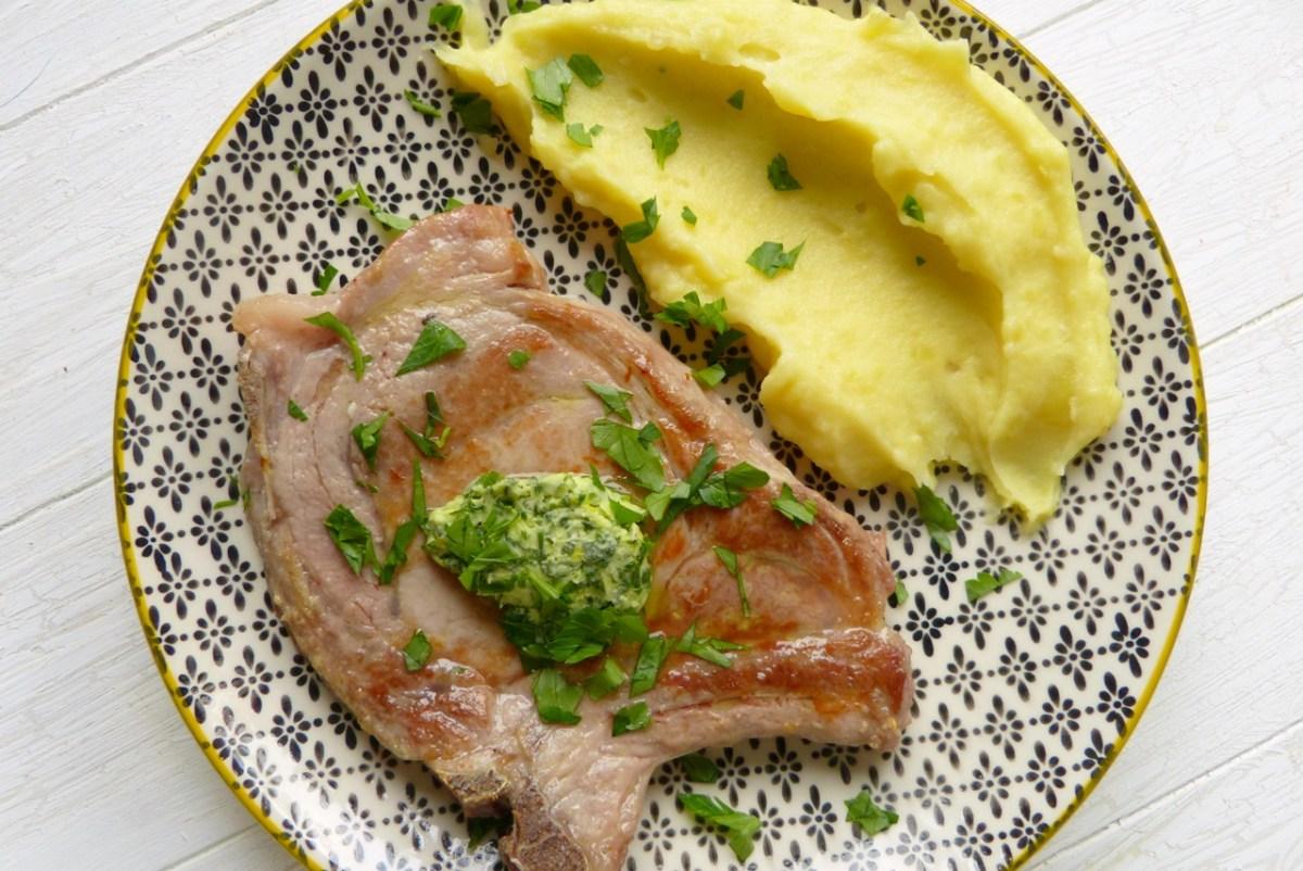 Schweinekotelett sous-vide mit Kräuterbutter und Kartoffelpüree | Werbung